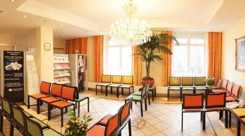 Wartezimmer der Augenklinik in der Schweiz